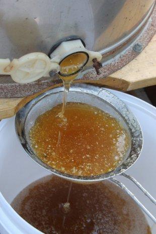 Фильтрация откаченного меда