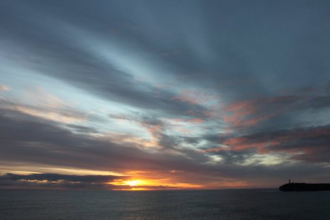 Заходящее солнце на море