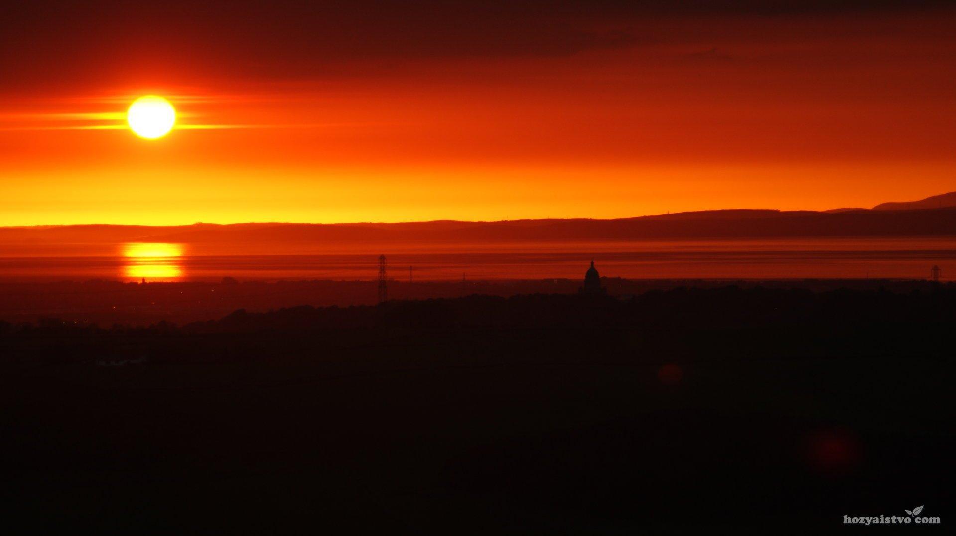 Огненный закат над озером
