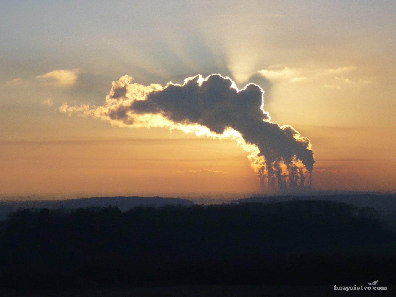 Солнце в дыму заводских труб